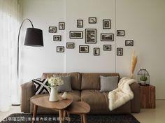 淨瑩的白,從輕紗窗幔外循著暖陽光譜,爬上沙發後方的照片牆,構築一幅北歐人文風景。