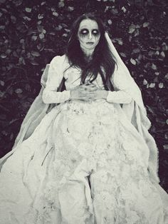 Scary and creative diy halloween wedding dress ideas Ghost Bride Costume, Halloween Bride Costumes, Halloween Wedding Dresses, Corpse Bride Costume, Ghost Costumes, Skeleton Costumes, Halloween Zombie, Halloween Looks, Halloween 2019