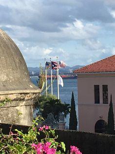 El recorrido fue realizado el sábado 17 de septiembre de 2016 al rededor de las 4:00pm. Podemos ver que las banderas están ubicadas incorrectamente ya que la de Puerto Rico va a la izquierda de de Estados Unidos. También están mal ya que hay dos banderas en una misma asta cuando se supone sea solamente una. #banderasyescudosVSJ #Sagradoagosto2016
