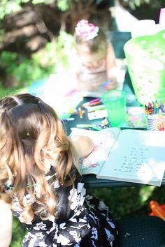 na boda con un espacio recreativo para los más pequeños les permite agruparse y divertirse. Vestido de bodas para niños y diversión para los más pequeños en la boda.