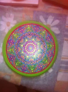 Lindo mándala , este es un producto hecho a mano , pintado con la paciencia y la perceverancia q me caracteriza,