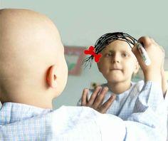 Une petite fille atteinte de cancer dessine son souhait sur un miroir.