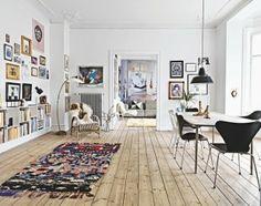 Salon - living room - parquet - bois - wood - cadres - frames - livres - books - moderne