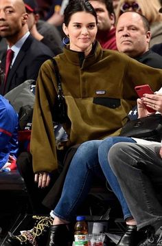 Kendall Jenner wearing Patagonia Lightweight Synchilla Snap-T Fleece Pullover, Misho Interrupted Hoop Earrings, House of Holland x Grenson Hiking Boots and By Far Rachel Bag Cute Comfy Outfits, Casual Outfits, Kardashian, Gigi Hadid Photoshoot, Patagonia Outfit, Harley Quinn Cosplay, Bollywood Girls, Kendall Jenner Outfits, Everyday Outfits