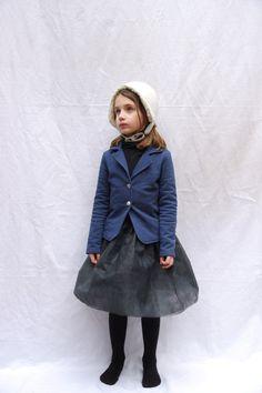 blazer bleu et jupette grise