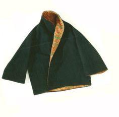 Casaco double-face arrematado com bordados na manga, na frente e na gola