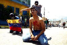 Un piquete de la Policía Nacional Bolivariana (PNB) custodiaba la sede de la gobernación del estado Táchira, donde un grupo de jóvenes exigía la presencia del gobernador de la entidad, José Vielma Mora, luego de que un estudiante de bachillerato, de nombre Kluiverth Roa, fuera asesinado durante una protesta, de un balazo en la cabeza, publica La Patilla.