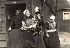 Een Marker gezin op Hemelvaartsdag in klederdracht. Nederland, 1921. #NoordHolland #Marken