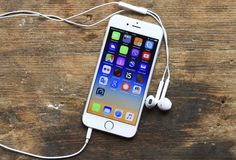 Things You Didn't Know Your Apple EarPods Could Do - Apple Headphone shortcuts - How To Use Apple EarPods