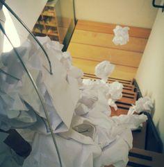 Dit is een close-up van ons werk. Het moet een boom van papier voorspellen. Wij hebben een boom gemaakt omdat papier wordt gemaakt van bomen. Alleen wordt er tegenwoordig teveel papier weggegooid. Veel bomen zijn dus onnodig gekapt. Wat we over wilden overbrengen is dat we zuiniger moeten omgaan met papier.