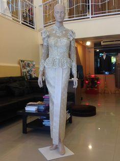 costume of thailand ชุดไทยมีแขน ชุดไทยประยุกต์ มาใหม่ Thai Traditional Dress, Traditional Fashion, Traditional Outfits, Kebaya Lace, Kebaya Dress, Thai Wedding Dress, Wedding Party Dresses, Batik Fashion, Ethnic Fashion