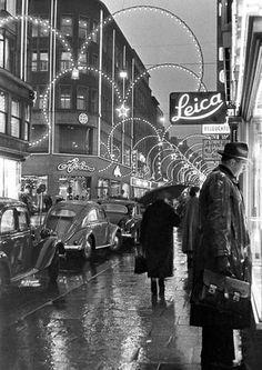 - Hamburg City Center – Walter Lüden 1954 Hamburg City Center – Walter Lüden 1954 This image ha - Black And White People, Black And White Pictures, Fine Art Photo, Photo Art, Street Photography Camera, Hamburg City, Art Hoe Aesthetic, Creative Portrait Photography, Vintage Porsche