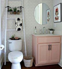 Lavabo com uma decoração lindíssima!  Foto via: Pintetest  www.eutambemdecoro.com.br #lindeza #lavabo #decor #decoracao #decora #decoro #ideia #ideiascriativas #escada #inspiração #inspiration #design #designdeinteriores #ambiente #boatarde
