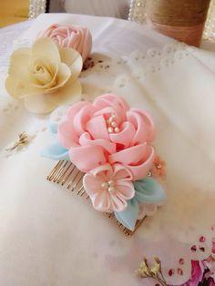 纯手工花朵发梳 原创小发饰 Ribbon Art, Diy Ribbon, Ribbon Crafts, Fabric Crafts, Kanzashi Flowers, Felt Flowers, Diy Flowers, Fabric Flowers, Kanzashi Tutorial