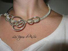Collier torque Artémis assymétrique doré et argenté fil aluminium : Collier par les-bijoux-d-anso