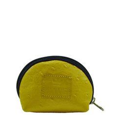 Porta moeda em couro com textura avestruz na cor amarela e zíper na cor azul marinho.