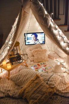 Sleepover Room, Fun Sleepover Ideas, Sleepover Activities, Romantic Date Night Ideas, Romantic Surprise, Cool Forts, Indoor Forts, Outdoor Movie Nights, Indoor Movie Night
