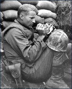 The marine and the kitten, Korean War; In the middle of the Korean War, this kitten found herself an orphan. Luckily, she found her way into the hands of Marine Sergeant Frank Praytor. Amor Animal, Foto Art, Korean War, Faith In Humanity, Belle Photo, Old Photos, Cute Animals, Portraits, In This Moment