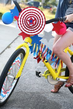 Do you have a of July Parade in your community? Here are some Simple Decorations for of July Bikes, Scooters, & Wagons. Celebrate the of July with fun and whimsey. Bicycle Party, Bicycle Decor, 4th Of July Parade, Fourth Of July, Art For Kids, Crafts For Kids, Diy Crafts, 4. Juli Party, Bike Decorations