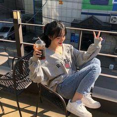 Korean Fashion Trends you can Steal – Designer Fashion Tips Korean Girl Photo, Korean Girl Fashion, Cute Korean Girl, Ulzzang Fashion, Korean Street Fashion, Asian Girl, Mode Ulzzang, Ulzzang Korean Girl, Ullzang Girls