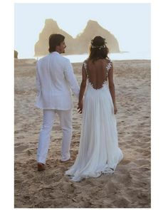 Um decotão nas costas. Casamento na praia do Paulinho Vilhena e Thaila.