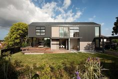 Waterview House by Matter Architects - Auckland, Nouvelle Zélande. Maison contemporaine néozélandaise juchée sur site surplombant une réserve
