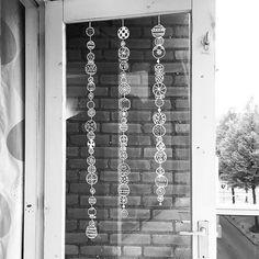 Bist du zuhause schon eifrig mit dem Weihnachtsschmuck und –baum beschäftigt? Wusstest du auch, dass du die Fenster wunderschön mit einem Stift bemalen kannst? Diese Fensterstifte nennt man Fenstermarker oder Kreidemarker. Es sind Stifte auf Wasserbasis, mit denen du die Fenster bemalen kannst. Wenn du die Zeichnung dann nicht mehr sehen kannst, kannst du sie …