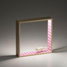 """Lámpara de sobremesa realizada en madera e interior de rombos rosas.  Lleva incorporada una tecnologia led que consigue gran luminosidad con muy bajo consumo.  Resulta muy adecuada tanto para acompañar a la hora de acostarse como de luz de apoyo en un escritorio o en cualquier otro rincón.  Lleva de regalo una """"liebre de las nieves""""."""