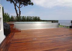 Au bout de la grande terrasse aux teintes chaudes, on accède au bassin par quelques marches.