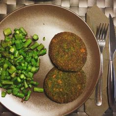 """""""Have a good dinner... Spinach burger and asparagus!!! #ChallengeYouBodyNutrition #gymlife #instafood #eatclean #instafood #inspiracao #eatclean #loveit…"""""""