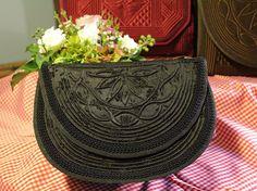 Anfertigung und Verkauf handgemachter Trachtentaschen, passend zu Mieder und Schalk, auf Wunsch aus Ihren Stoffen. Stoffbezogene Schmuckschatullen und Schachtel