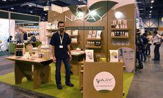 Stand de cartón sostenible en Biocultura para Naay Botanicals. Diseñado por Cartonlab. Cardboard sustainable booth at Biocultura for Naay Botanicals. Designed by Cartonlab.