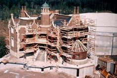 haunted mansion disneyworld construction fun fact from Courtney! The haunted mansion was the first ride build in Walt Disney world, and most of was constructed offsite and shipped in. Disney World Resorts, Disney Vacations, Disney Parks, Walt Disney World, Old Disney, Disney Love, Disney Stuff, Disneyland Vintage, Verona
