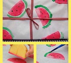 Carimbo de Melancia com batata!   Mais dicas: www.artecomquiane.com ➖compartilhe com uma amiga especial      #vaso #festa #decor #decoración #decoração #suco #frutas #melancia #watermelon #facavocemesmo #façavocêmesmo #doitforyou #doityourself #artecomquiane #crocheting #crochê #jardim