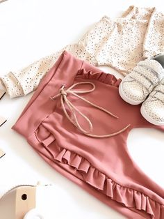 Two free sewing patterns to sew a trendy sweater and comfi pants - Two free sewing patterns to sew a trendy sweater and comfy pants Sewing Baby Clothes, Baby Sewing, Free Sewing, Sewing Patterns For Kids, Sewing For Kids, Baby Kind, Kids Wear, Diy Fashion, Baby Dress