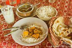 Овощи с рисом, наан и подсолееное ласси.