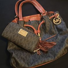 Brown/ leather Michael Kors bag . . 100% authentic Brown / leather . Worn for year. No rips . No wear and tear. Make a offer . I'll work with you . Michael Kors Bags Shoulder Bags