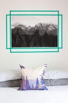 Ponle personalidad a ese poster monocromático con una cinta de color. | 19 Formas creativas para decorar tu espacio favorito con cinta adhesiva