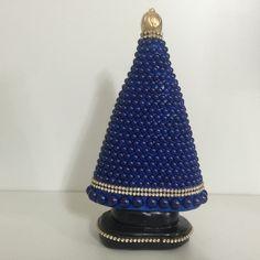 Nossa Senhora Aparecida toda revestida com pérolas azuis e strass.