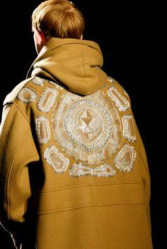 The complete Dries Van Noten Fall 2015 Menswear fashion show now on Vogue Runway. Fashion Brand, Fashion Show, Mens Fashion, Vogue Paris, Fashion Details, Fashion Design, Fall Winter 2015, Autumn, Menswear