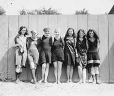Girls in their swimsuits photographed in These female swimmers were photographed at the Tidal Basin in Washington DC. I love the range of different styles these women are wearing. Vintage Bathing Suits, Vintage Swimsuits, Mode Vintage, Vintage Girls, Vintage Style, 1920s Style, Vintage Outfits, Vintage Fashion, Fashion 1920s