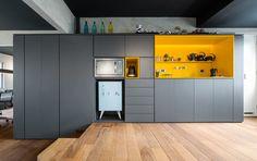 Conexão Décor Cozinha com uma parede de armários cinza, nicho amarelo e outo para encaixar perfeitamente o frigobar .Frigobar na decoração. http://conexaodecor.com/2017/05/frigobar-na-decoracao/