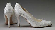 """sapatos-kate-middleton-casamento Os sapatos, também desenhados por Sarah Burton. O tamanho é 36,5. Quanto à numeração do vestido, o Palácio preferiu não dar detalhes (afinal, a perda de peso da Duquesa tem causado polêmica na imprensa internacional), só revelando que é """"pequeno""""."""
