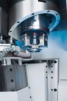 Machining area of the EMAG VLC 250 DS: Multi-functional application of a combined turning and grinding machine: external grinding wheel, internal grinding wheel and disc-type turret for twelve turning tools.