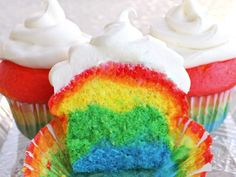 Gotta kid with a birthday coming up? These rainbow cakes are so fun and pretty!