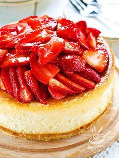 Buono, fresco e appetitoso, ecco il Cheesecake alle fragole e mascarpone.Una ricetta facile e leggera per tutta la famiglia.