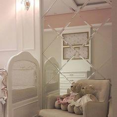 Detalhes quartinho de menina. O espelho bisotado ficou com conta da @alaidearteemespelhos acessem o IG e vejam ideias super bacanas com detalhes em espelho! - Tem coisa mais fofa que quartinho de bebê?? Apaixonada por esses detalhes. Projeto @mjarquitetura #decoração #instadecor #instahome #details #espelhos #decora #decoration #designer #quartodebebe #quartodemenina #arquitetura #arquiteturadeinteriores #design #instadecor #beautiful #amazing #inspiração #detalhes #decor #luxury #bab...