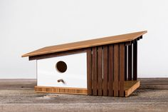 This mid century modern birdhouse was designed and built by Douglas Barnhard, in his Santa Cruz, CA, shop. The inspiration comes from the neighborhoods in Highlands, . Joseph Eichler, Dog Houses, Bird Houses, Maison Eichler, Bamboo Plywood, Modern Birdhouses, Modern Outdoor Living, Birdhouse Designs, Backyard Birds