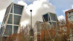 Las dos torres inclinadas  que conforman la llamada Puerta de Europa, también conocidas como Torres KIO