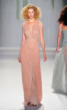 Jenny Packham at New York Fashion Week Spring 2014 - Runway Photos Ny Fashion Week, High Fashion, Beautiful Gowns, Beautiful Outfits, Gorgeous Dress, Couture Fashion, Runway Fashion, Fashion Trends, Saab